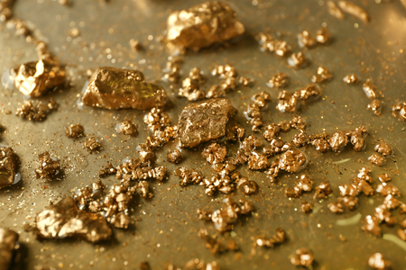 Gold nuggets on metal surface, closeup 版權商用圖片