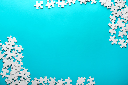 Pieces of jigsaw puzzle on color background 免版税图像