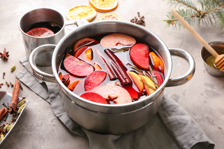 Saucepan of delicious mulled wine on grey table 스톡 콘텐츠