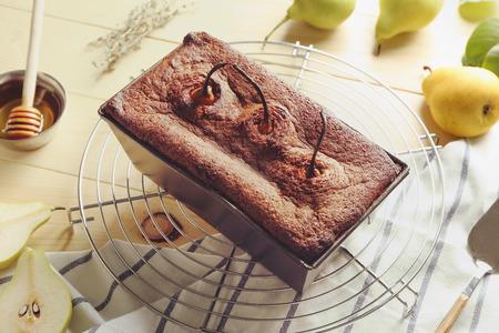 Tasty pear pie on wooden table Standard-Bild - 115295748