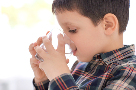 Little boy drinking fresh water Banque d'images