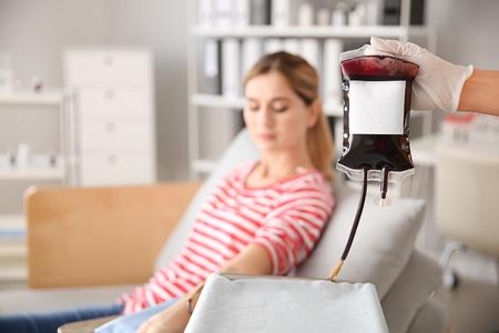 Mujer donando sangre en el hospital