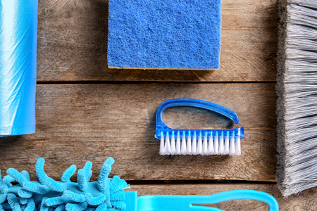 Flat lay composition with cleaning supplies on wooden background Banque d'images