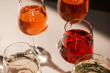 Glasses of different wine on table Banque d'images