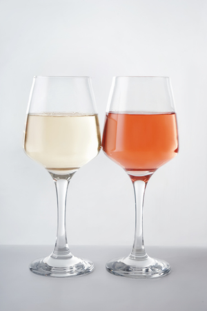 Glasses of tasty wine on white background Banque d'images