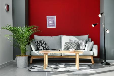 Palmera Areca decorativa en el interior de la habitación Foto de archivo