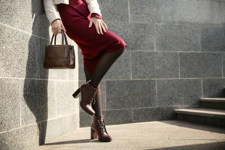 Belle femme à la mode à l'extérieur le jour de l'automne