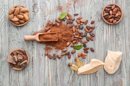 Different cocoa products on wooden background Banque d'images