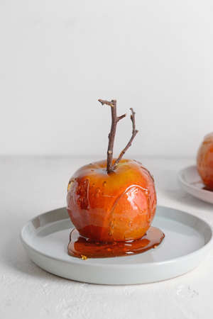 Plate with tasty candy apple on table Standard-Bild