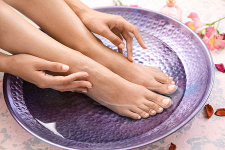 Young woman undergoing spa pedicure treatment in beauty salon Banque d'images