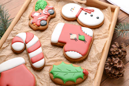 Tasty Christmas cookies on tray Imagens