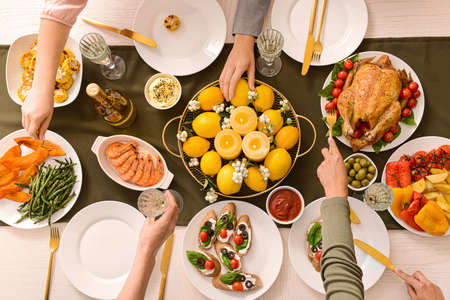 テーブルで夕食を食べる友人、トップビュー 写真素材