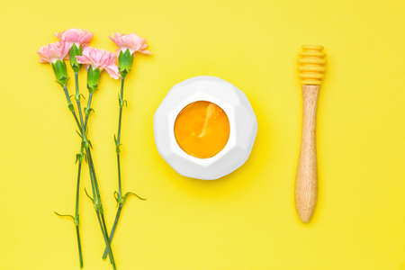 Tasty honey with flowers on color background Standard-Bild