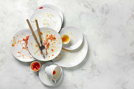 Dirty empty tableware on light background Imagens