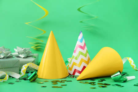 Party hats and decor on color background Stockfoto