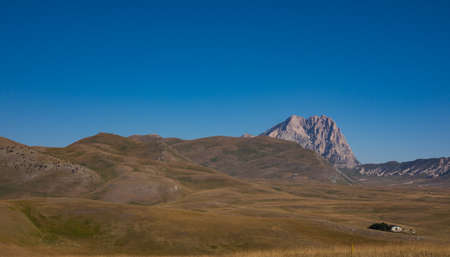 Gran Sasso of Italy. It is the highest mountain massif in the continental Apennines, located in the central Apennines, entirely in Abruzzo. Altitude: 2.912 m Foto de archivo