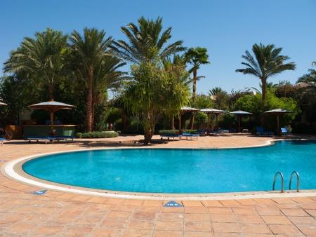 Algemeen zicht op het zwembad onder de blauwe hemel Egypte