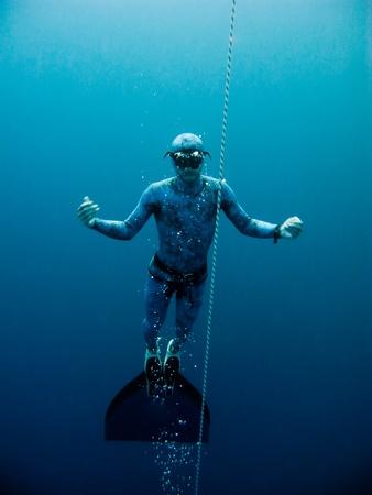 Freediver stijgt langzaam op uit de diepte van de Blue Hole in Dahab, Egypte Stockfoto