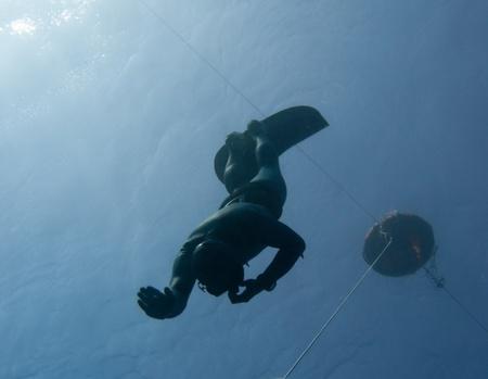 Freediver maakt een veiligheids-duik onder een freediving boei in de Blue Hole, Dahab, Egypte Stockfoto
