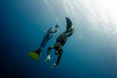Twee freedivers hebben Hun in de diepte van de Rode Zee