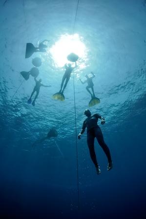 Freediver maakt voorbereiding duik in de buurt van de veiligheidslijn door schoolslag. Foto toont een deel van freediving training in Blue Hole, Dahab, Egypte