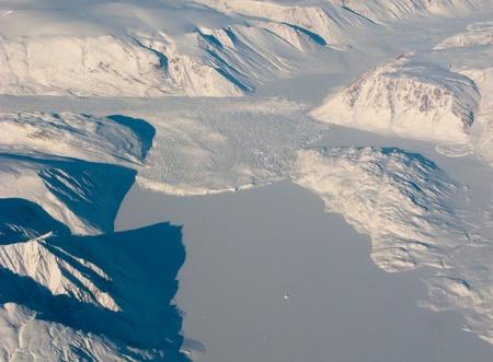 Luchtfoto van de Groenland met bergen en sneeuw rivier