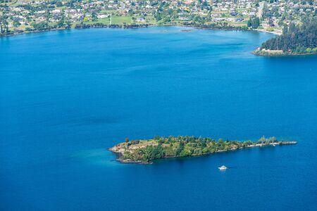 Amazing view of a luxury yacht at Wanaka Lake Stockfoto