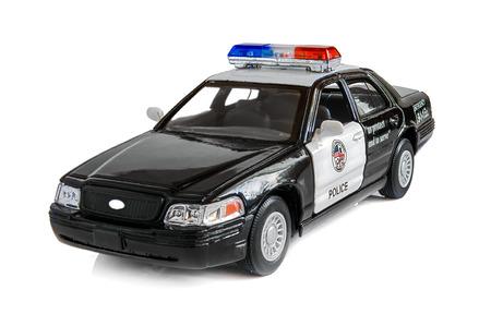 Model van de patrouillewagen van de politie op een witte achtergrond. Speciaal vervoer. Een geïsoleerde object op een witte achtergrond met een schaduw. Binnenshuis. Vooraanzicht en zijwaarts. Horizontale indeling. Kleur.
