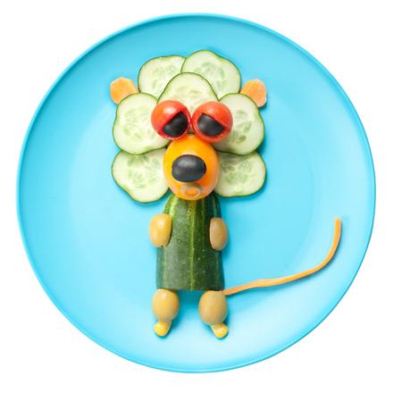 rey caricatura: Le�n hizo de verduras en la placa azul Foto de archivo