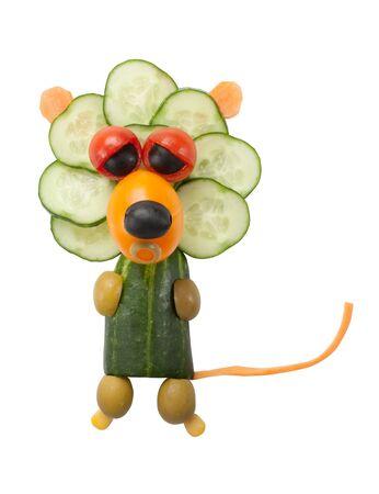 rey caricatura: Le�n hizo de verduras frescas en el fondo aislado