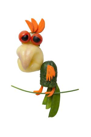 onion: Loro hecho de verduras en el fondo aislado