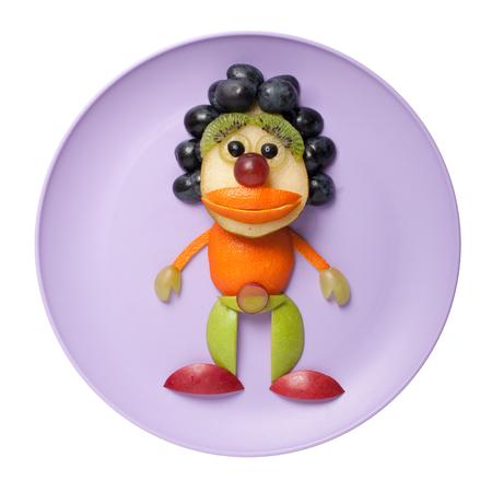 payasos caricatura: Payaso hecho de frutas en la placa de color púrpura