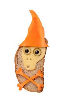 calavera caricatura: Cráneo de Halloween en el sombrero hecha de queso y zanahoria en el pan