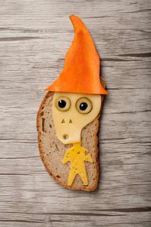 calavera caricatura: Halloween del cráneo hecha de pan y queso en la tabla