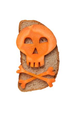 calavera caricatura: Calavera de Halloween hecha de zanahoria en pan Foto de archivo