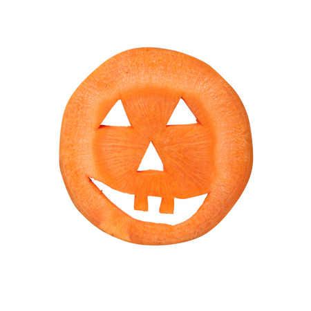 calabaza caricatura: Halloween pumpkin made of carrot on white background