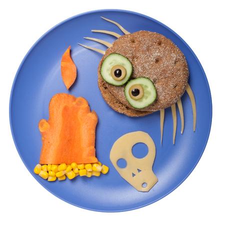 calavera caricatura: araña de Halloween hecha de pan en el plato