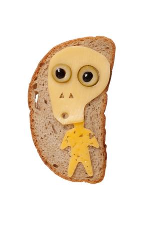 calavera caricatura: Cráneo de Halloween hecha de queso en el pan