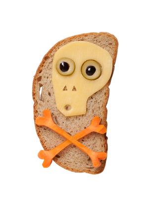 calavera caricatura: Halloween del cráneo hecha de queso y zanahoria en el pan