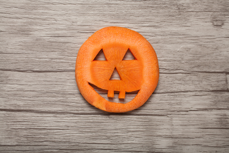 calabaza caricatura: Halloween pumpkin made of carrot on wooden background