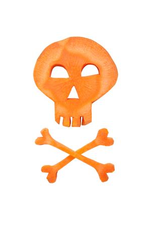 calavera caricatura: Halloween cráneo hecho de zanahoria en el fondo blanco