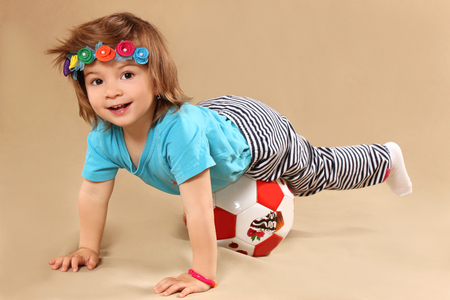 futbol infantil: la ni�a se encuentra desde arriba en una bola