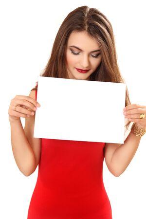 hoja en blanco: La joven tiene una hoja de papel en blanco en la mano. Fondo blanco