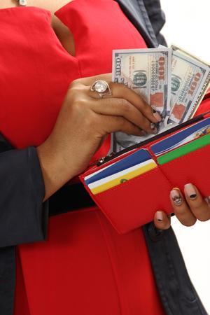 black girl: schwarze M�dchen erh�lt Geld von einem auf einem wei�en Hintergrund Handtasche