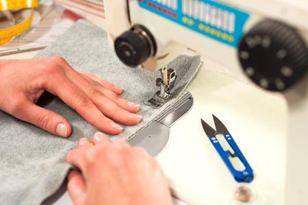 processen van het naaien op de naaimachine naait de handen van vrouwen naaimachine Stockfoto
