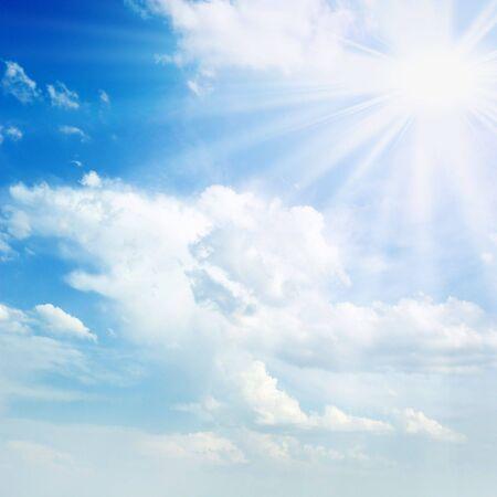 soleil sur ciel bleu  Banque d'images
