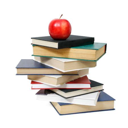 manzana roja sobre un libro aislado en blanco  Foto de archivo