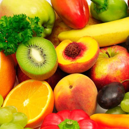 ensalada de frutas: frutas y verduras aislados en un blanco