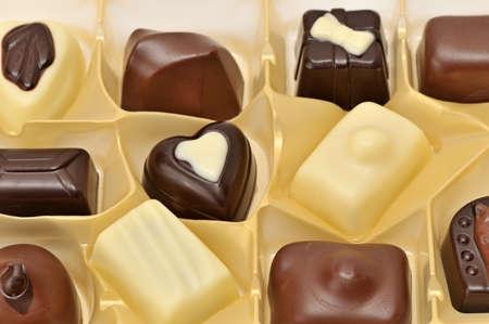 cafe bombon: Chocolates en caja aislados en un blanco  Foto de archivo