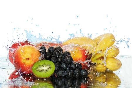 fr�chte in wasser: Reines Obst in einem Spray von Wasser, die isoliert auf wei�em Hintergrund.                          Lizenzfreie Bilder